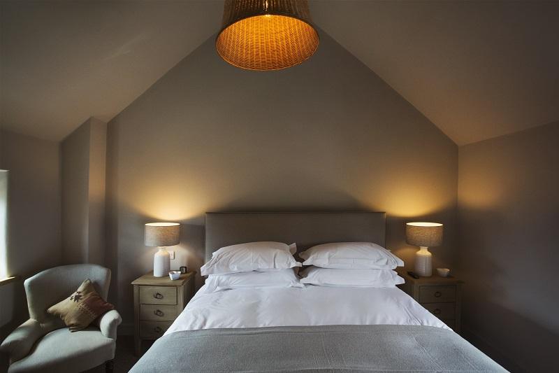 Jak wybrać i zainstalować oświetlenie ścienne do sypialni rodziców?