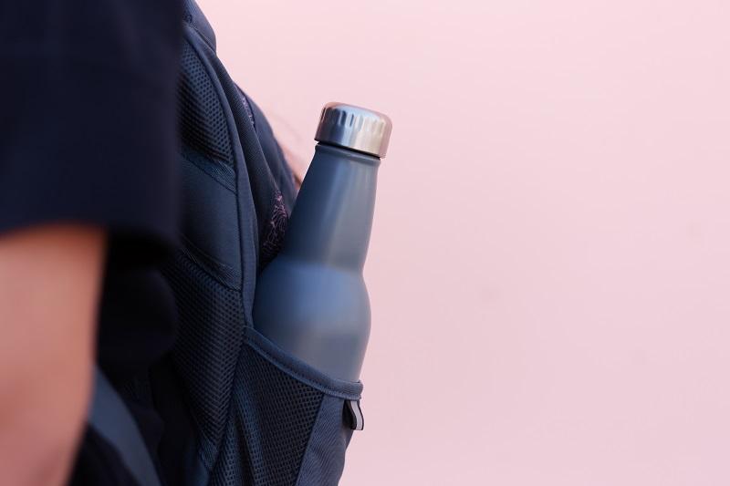Butelka wielokrotnego użytku posiadająca nadruk